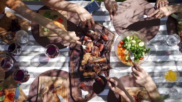 family gathering - jedzenie filmów i materiałów b-roll