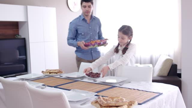 family getting prepared for iftar meal during ramadan - поститься стоковые видео и кадры b-roll