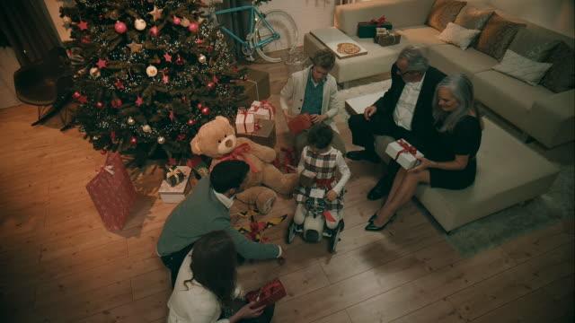 familjen gifting varandra presenterar - christmas gift family bildbanksvideor och videomaterial från bakom kulisserna