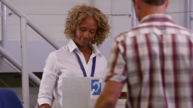 ファミリーバケーションにチェックイン空港でのショット R 3 D ビデオ