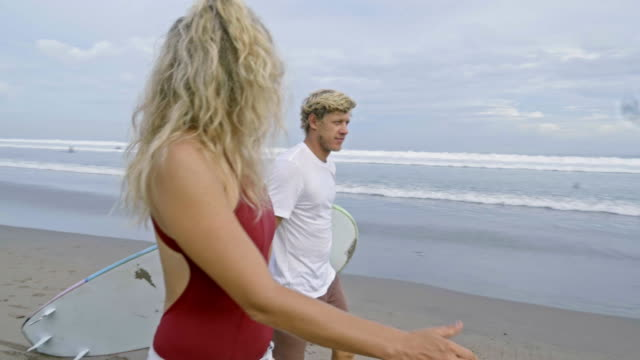 家族と海でサーフィンに行く - 息子点の映像素材/bロール