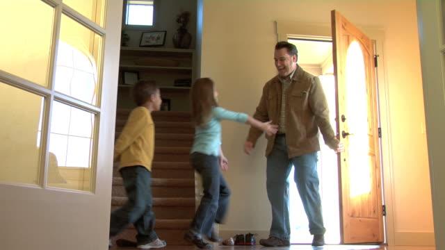 Família recebe pai como ele anda na porta - vídeo