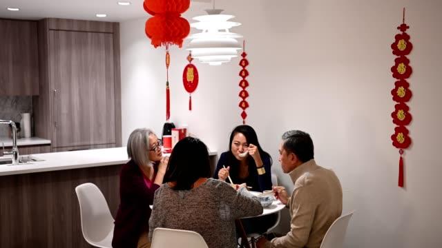 vídeos y material grabado en eventos de stock de familia comen en año nuevo chino - comida china