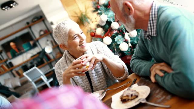 family having breakfast on christmas morning. - pranzo di natale video stock e b–roll