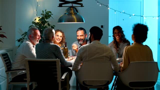 vidéos et rushes de famille en train de dîner le soir de noël 4k - diner entre amis