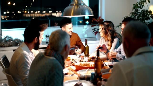 vidéos et rushes de famille en train de dîner le soir de noël. - diner entre amis
