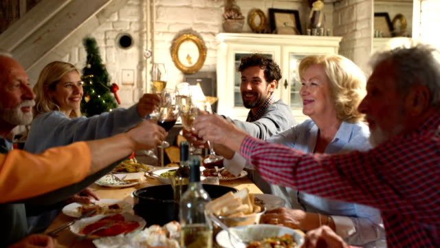 stockvideo's en b-roll-footage met familie diner op kerstavond. - christmas cabin