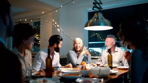 famiglia che cena la vigilia di natale. - cena video stock e b–roll
