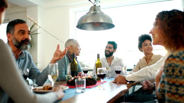 stockvideo's en b-roll-footage met familie diner op kerstavond. - sociale bijeenkomst