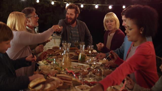 夕方には外に夕食を持っている DS 家族 ビデオ