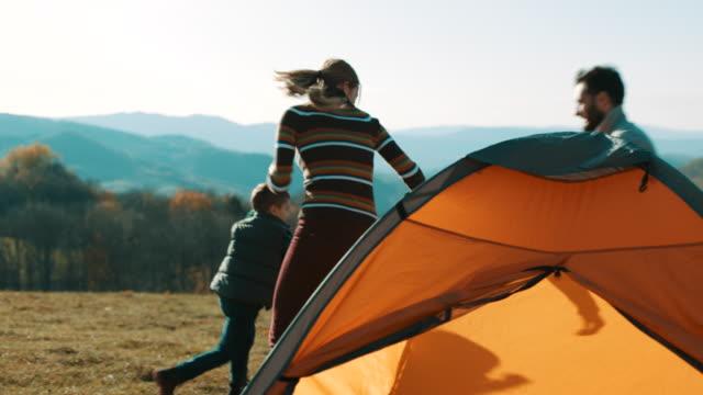 テントで楽しい家族 - 自然旅行点の映像素材/bロール