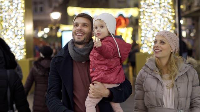 family having fun in the city during holidays - happy holidays filmów i materiałów b-roll