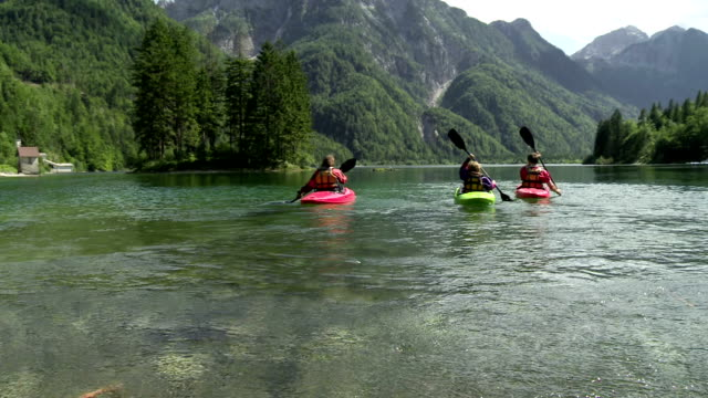 hd: family having fun kayaking on the lake - kanotsport bildbanksvideor och videomaterial från bakom kulisserna