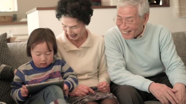 ご家族で楽しむデジタルタブレットを使用して、ご自宅で - シニア点の映像素材/bロール