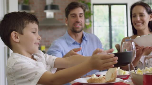 stockvideo's en b-roll-footage met familie met maaltijd samen op eettafel thuis 4k - breakfast table