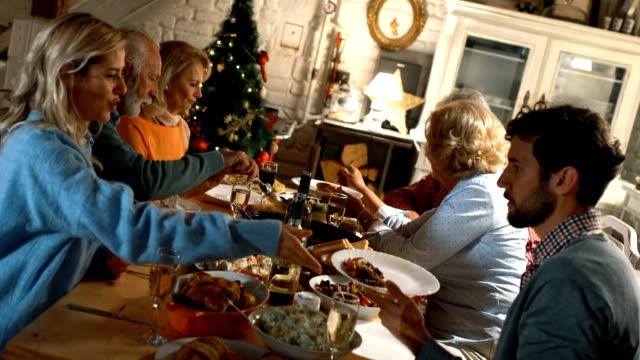 la famiglia cena del ringraziamento. - christmas table video stock e b–roll