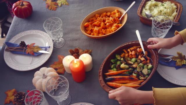 家庭有傳統節日填充土耳其晚餐。 - pumpkin pie 個影片檔及 b 捲影像