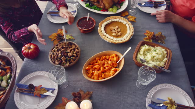famiglia avendo tradizionale vacanza ripieno turchia cena - christmas table video stock e b–roll