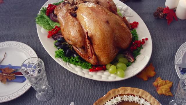 rodzina o tradycyjnych wakacje nadziewane turcja kolacja - indyk pieczony filmów i materiałów b-roll