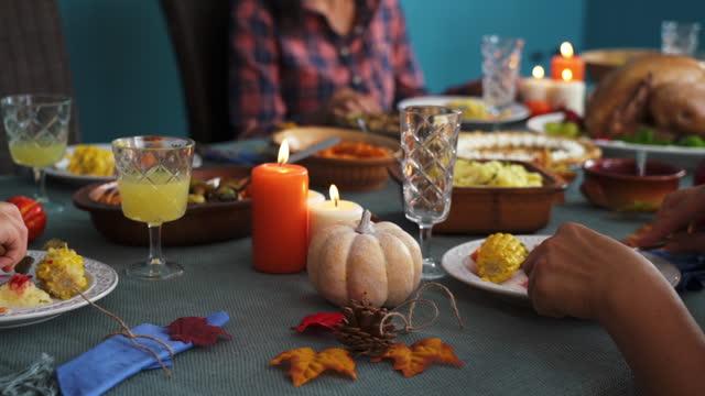 家庭有傳統節日填充土耳其晚餐 - pumpkin pie 個影片檔及 b 捲影像