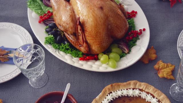 vídeos y material grabado en eventos de stock de familia que tiene vacaciones tradicionales rellenos cena de turquía - alimentos cocinados