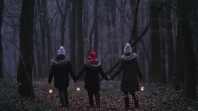 r/f familie hand in hand bei einem spaziergang durch einen wald mit laternen - religion stock-videos und b-roll-filmmaterial
