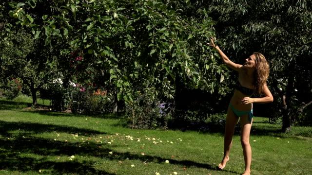 vidéos et rushes de homme de famille mari avec bébé sur mains femme femme chaude de pulvérisation avec tuyau d'arrosage dans le jardin d'été - homme slip