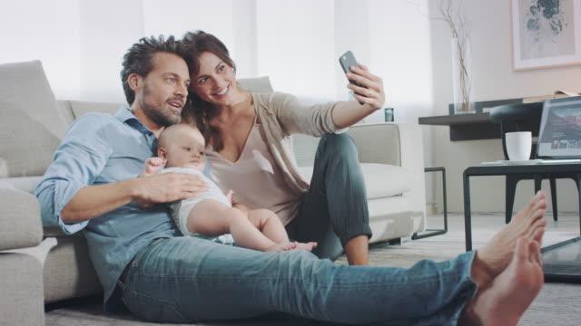 Familia en la sala de estar - vídeo