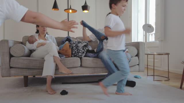 Familie in chaotischen Haus, während in Quarantäne für COVID-19 – Video