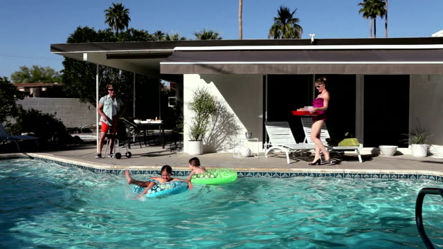 familie im pool - terrasse von menschen geschaffener raum stock-videos und b-roll-filmmaterial