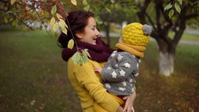 日当たりの良い秋の公園で家族 ビデオ