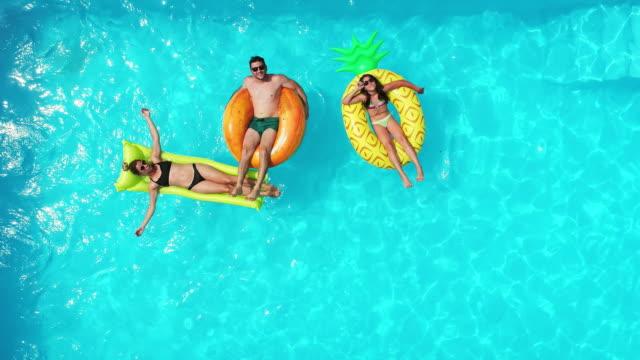 vídeos de stock, filmes e b-roll de família na piscina - inflável