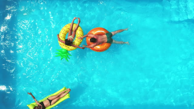 stockvideo's en b-roll-footage met familie in het zwembad - opblaasband