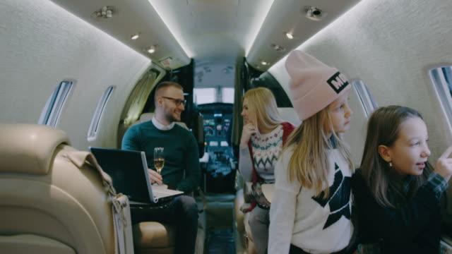 vídeos y material grabado en eventos de stock de familia en avión privado - viaje en primera clase