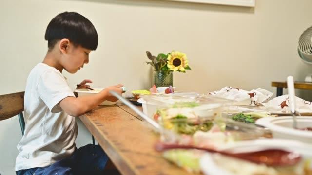 vidéos et rushes de famille mange le déjeuner livré à la table. - seulement des japonais