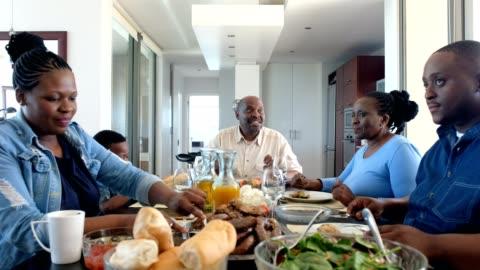 barbecue per l'ora di pranzo in famiglia - cena video stock e b–roll