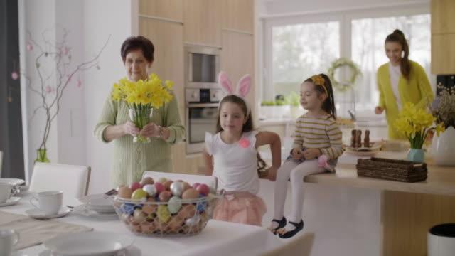 vídeos y material grabado en eventos de stock de familia de hacer los preparativos para el desayuno de pascua - pascua