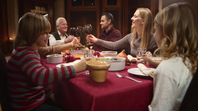 ご家族のために、トーストに盛り上がったグラスで感謝祭のテーブル ビデオ