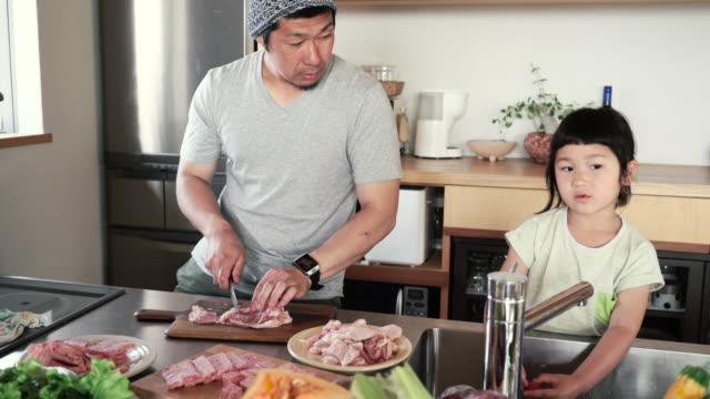 ご家族ご一緒の昼食を「キッチン」でのホリデー - 娘点の映像素材/bロール