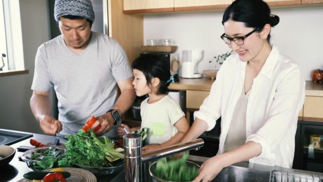 Familie, die zusammen ein Mittagessen im der Küche auf Urlaub – Video