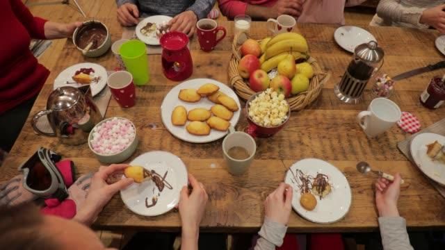 stockvideo's en b-roll-footage met familie maaltijd - breakfast table