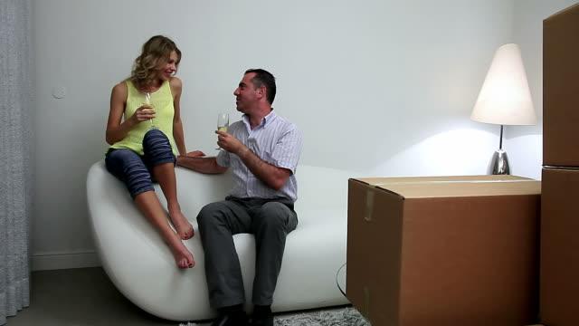 family moving to new appartment - wine box bildbanksvideor och videomaterial från bakom kulisserna