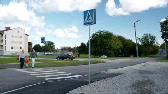 stockvideo's en b-roll-footage met family of three crossing the road. - oversteekplaats