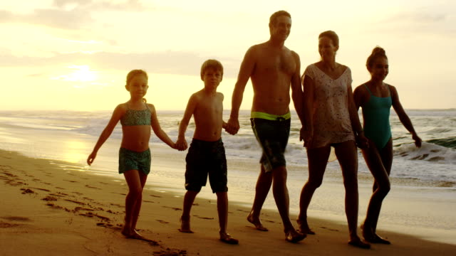 Familia de vacaciones en la playa tropical de Hawai. - vídeo
