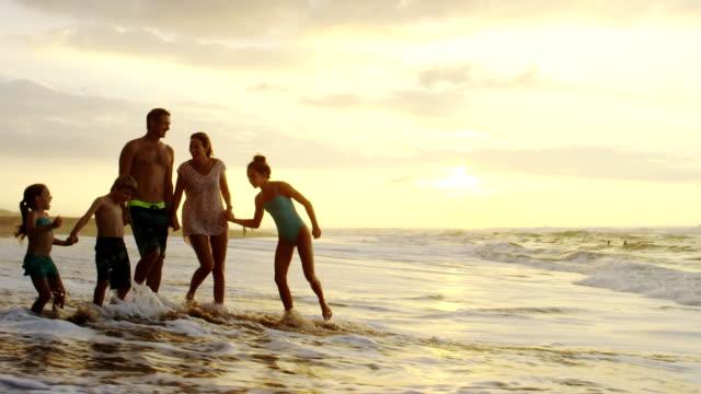 Família em uma praia tropical férias no Havaí - vídeo