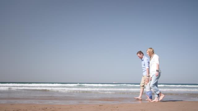 부품군 해변 - 와이드 샷 스톡 비디오 및 b-롤 화면