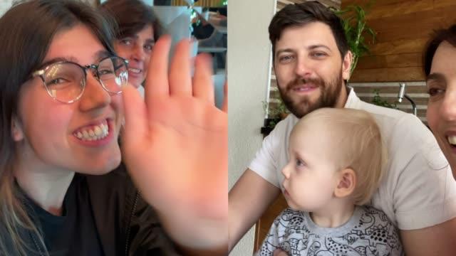 stockvideo's en b-roll-footage met familie op videoconferentie thuis - corona scherm