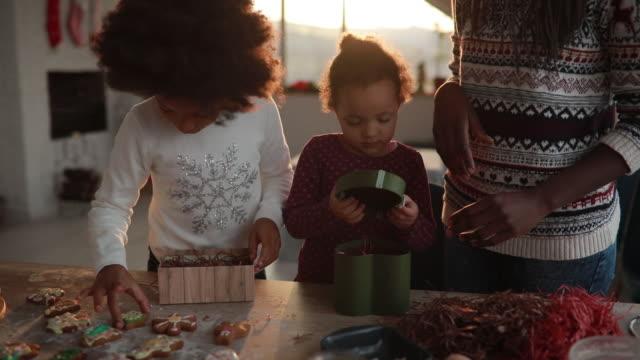 familjens packning cookies i lådor - christmas gift family bildbanksvideor och videomaterial från bakom kulisserna