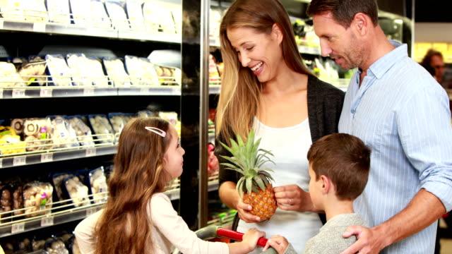Familie heben Ananas in einem Supermarkt – Video