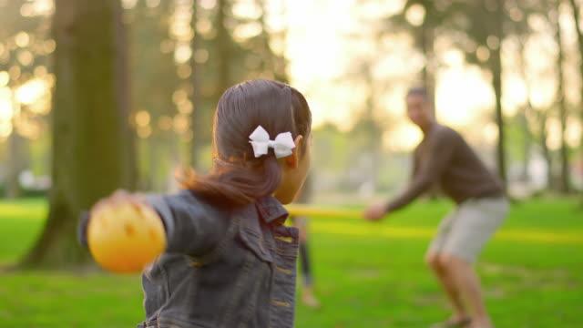vídeos de stock, filmes e b-roll de família jogando beisebol em um parque - pai e filha